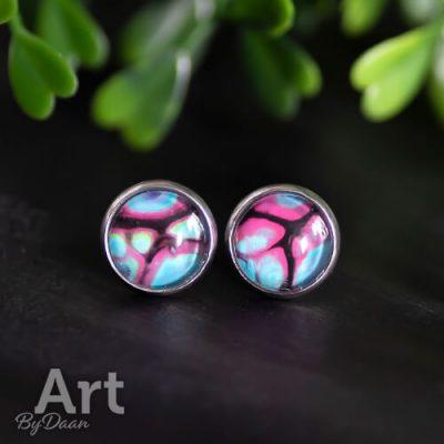 Kleurrijke oorknopjes met roze blauwe steen