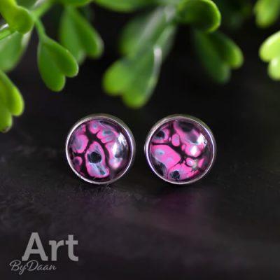 Kleurrijke oorknopjes met roze steen