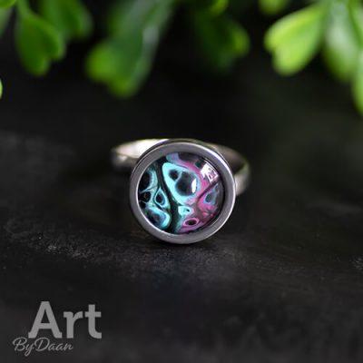 Kleurrijke ring met klein kunstwerkje