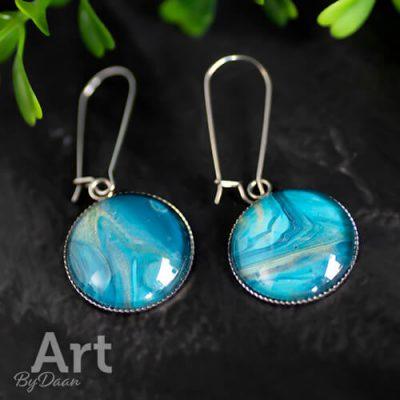Lange oorbellen met grote blauwe steen