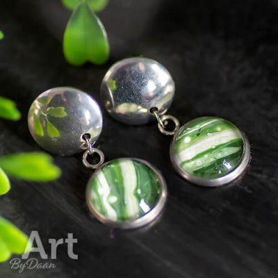 Leuke oorbellen met groene steen