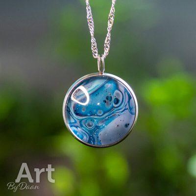 middelgrote-rvs-hanger-met-blauwe-steen-handgemaakte-sieraden.jpg