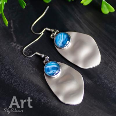 Oorbellen van RVS met schelp en blauwe steen