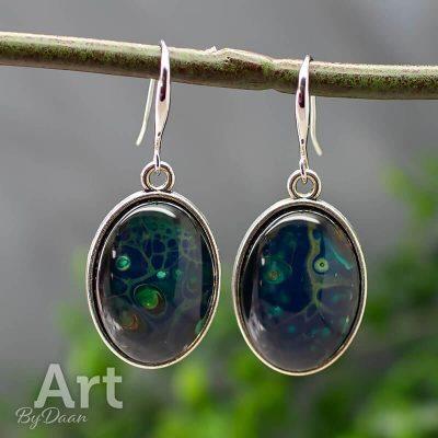 oorhangers-020-18x25mm-ovaal-blauw-met-groen-en-goud-handgemaakt.jpg