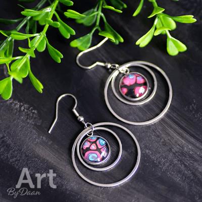 Oorhangers met ringen en roze steen