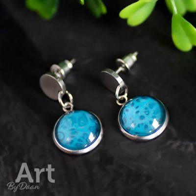 Chique oorknopjes met bedels en blauwe steen
