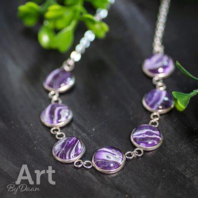 prachtige-paarse-hanger-met-zilver-en-verschillende-kunstwerkjes-RVS-en-handgemaakt2.jpg