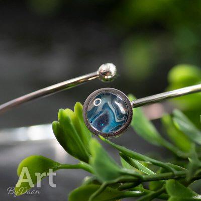 ronde-rvs-armband-met-blauw-kunstwerk.jpg