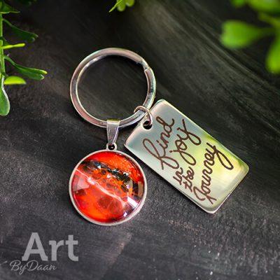 sleutelhanger-met-rode-steen-van-rvs.jpg