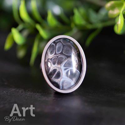stevige-RVS-ring-met-zwart-en-blauw-kunstwerk-handgemaakt.jpg