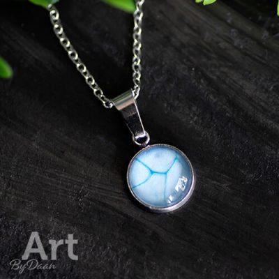 Subtiel halssieraad met lichtblauwe steen