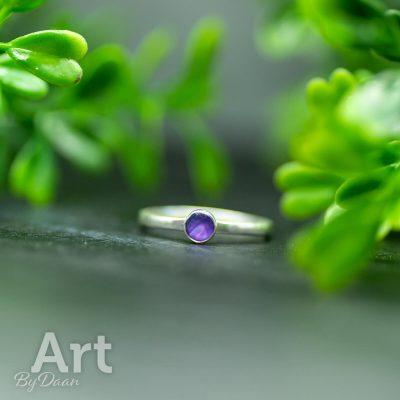 subtiele-echt-zilveren-handgemaakte-ring-met-paarse-steen.jpg
