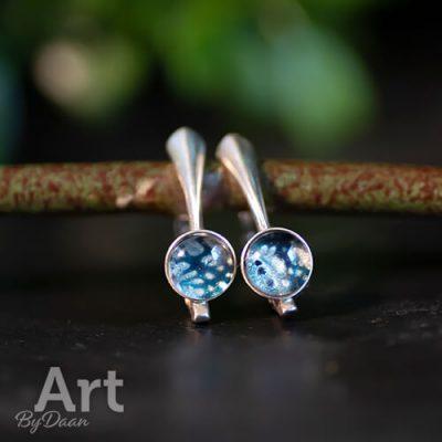 subtiele-kleine-oorhanger-met-blauw-en-zilver3.jpg