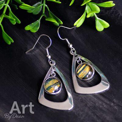 Triangle oorbellen met geel en groene steen