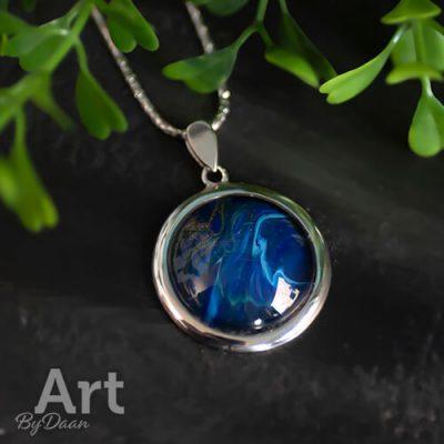 Uniek zilveren halssieraad met blauwe steen