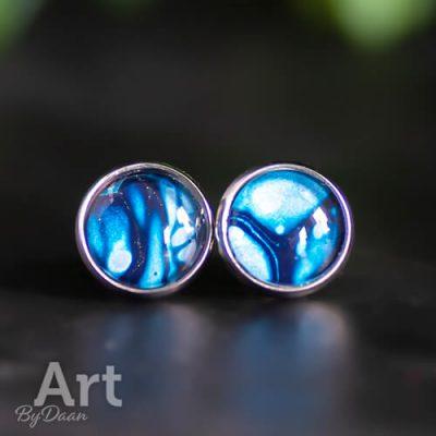 Unieke handgemaakte oorknopjes met blauwe steen