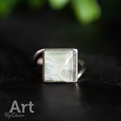 Unieke zilveren ring met vierkante groene steen
