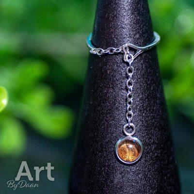 verstelbare-handgemaakte-damesring-met-bruin-en-goud-handgemaakte-sieraden.jpg