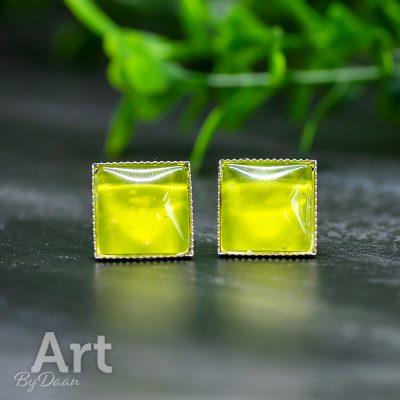 vierkante-oorbel-met-steen-geelgroen2.jpg
