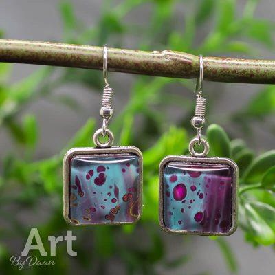 vierkante-oorbellen-hangers-paars-met-blauw.jpg