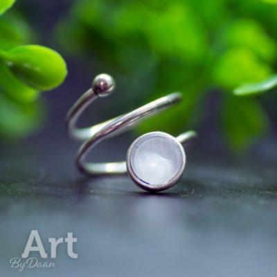 zilveren-ring-verstelbaar-parelmoer-wit-handgmaakte-sieraden.jpg