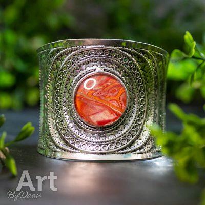 zilverkleurige-manchet-met-rode-ingezette-steen-brede-armband-handgemaakte-sieraden.jpg