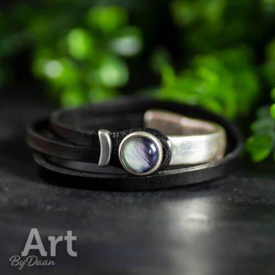 Zwart leren wikkelarmband met parelmoerkleurige steen