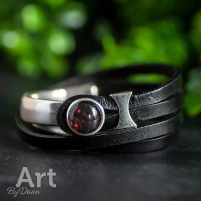 Zwart leren wikkelarmband met rode steen