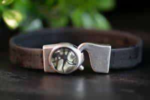 zwarte-veganistische-armband-met-groene-steen.jpg